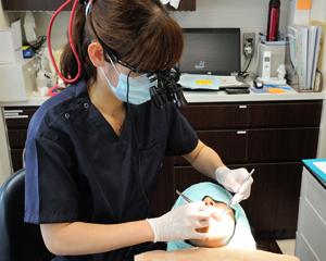 ②次に、手指や専用器具で歯茎から排膿してないかを見ていきます